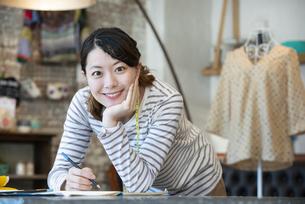 仕事をしているファッションデザイナーの女性の写真素材 [FYI02664125]