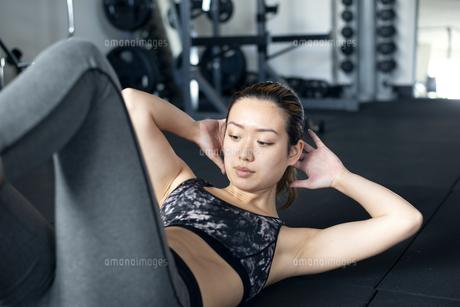 ジムで腹筋をしている女性の写真素材 [FYI02664130]