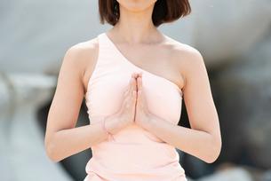 自然の中でヨガをしている女性の胸元の写真素材 [FYI02664138]