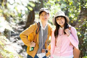 森の中をハイキングしている女性2人の写真素材 [FYI02664148]