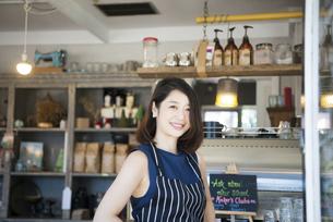 カフェで仕事をしている店員の写真素材 [FYI02664152]