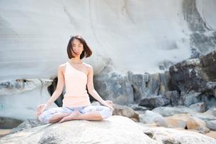ビーチで瞑想をしている女性の写真素材 [FYI02664153]