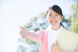 笑顔で手を差し伸べている看護師の写真素材 [FYI02664158]