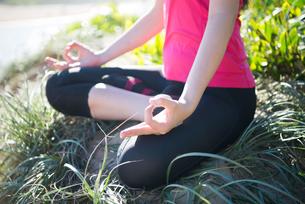 瞑想ポーズをしている女性の手元の写真素材 [FYI02664159]