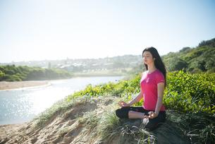 瞑想をしている女性の写真素材 [FYI02664165]