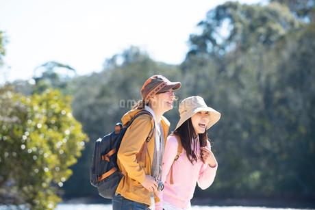 川辺で笑っている女性2人の写真素材 [FYI02664170]