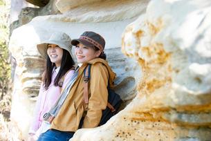 サンドストーンの前で休んでいる女性2人の写真素材 [FYI02664193]