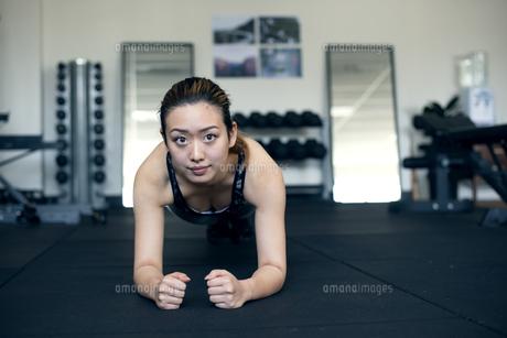 ジムでトレーニングをしている女性の写真素材 [FYI02664195]