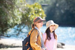 川辺に立っている女性2人の写真素材 [FYI02664204]