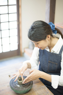 陶芸教室にいる女性の写真素材 [FYI02664206]