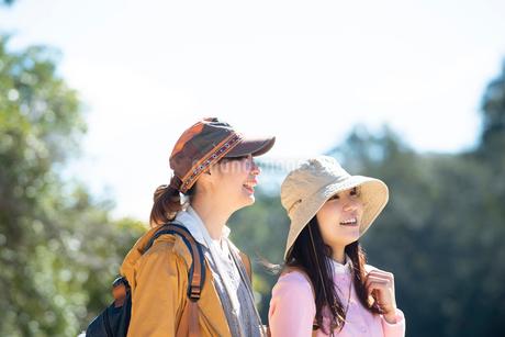緑の中で笑っている女性2人の写真素材 [FYI02664207]