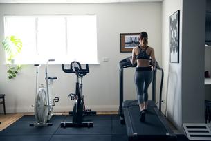ジムでランニングマシンで歩いている女性の写真素材 [FYI02664216]