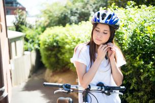 ヘルメットをかぶっている女性の写真素材 [FYI02664219]