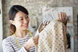 仕事をしているファッションデザイナーの女性の写真素材 [FYI02664227]