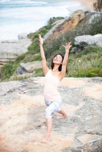 海でヨガをしている女性の写真素材 [FYI02664231]