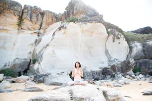 ビーチでヨガをしている女性の写真素材 [FYI02664239]