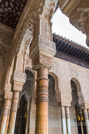 回廊の大理石柱と漆喰細工のアーチの写真素材 [FYI02664241]