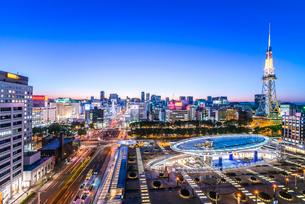 オアシス21と名古屋テレビ塔を見る夕景の写真素材 [FYI02664250]