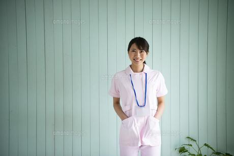 制服姿でポケットに手を入れて立っている女性の写真素材 [FYI02664263]
