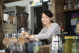 カフェで働いている笑顔の女性店員の写真素材 [FYI02664269]