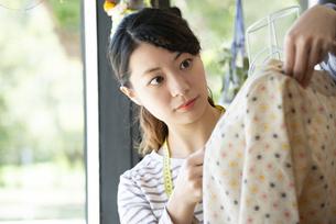 仕事をしているファッションデザイナーの女性の写真素材 [FYI02664278]