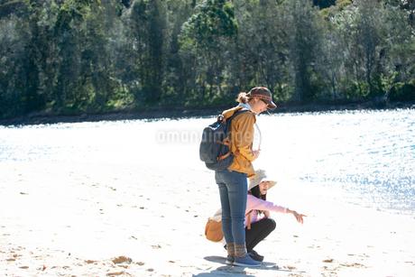 川辺で遊んでいる女性2人の写真素材 [FYI02664280]