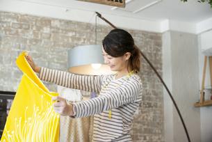 仕事をしているファッションデザイナーの女性の写真素材 [FYI02664284]
