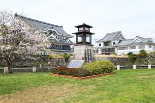桜咲く外濠公園から見る五島観光歴史資料館と五島市立図書館の写真素材 [FYI02664303]
