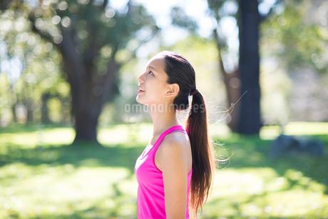 緑の中に立っている女性の写真素材 [FYI02664308]