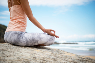 ビーチで瞑想をしている女性の手元の写真素材 [FYI02664318]