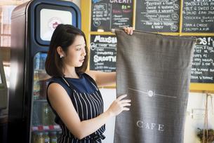 カフェで仕事をしている店員の写真素材 [FYI02664331]