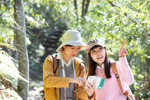 ハイキング中にスマホで地図を見ている女性2人の写真素材 [FYI02664335]