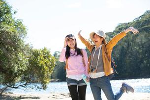 川辺でポーズをしている女性2人の写真素材 [FYI02664338]