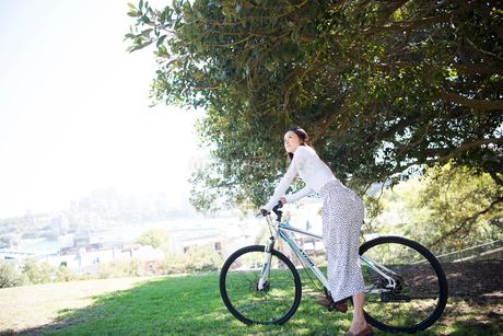 自転車にまたがっている女性の写真素材 [FYI02664354]