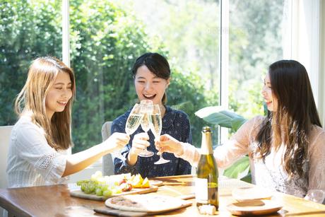ホームパーティで乾杯をしている女性3人の写真素材 [FYI02664376]