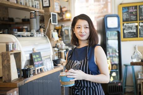 カフェで働いている店員の写真素材 [FYI02664383]