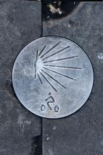 サンティアゴ・デ・コンポステーラへの巡礼路のホタテガイのマークの写真素材 [FYI02664384]