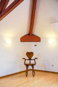 エル・カプリチョに置かれたガウディ作品椅子のレプリカの写真素材 [FYI02664395]