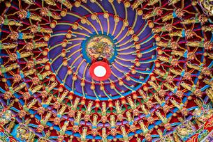 金色の仏像が飾られたドーム状天井の写真素材 [FYI02664404]