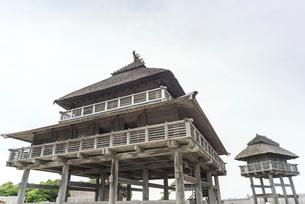 吉野ケ里遺跡北内郭の主祭殿と物見櫓の写真素材 [FYI02664405]