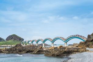 三仙台とアーチ橋を見る東海岸風景の写真素材 [FYI02664408]