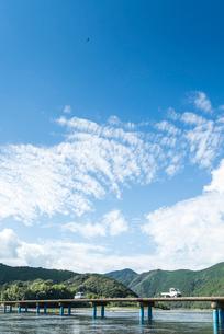 四万十川の沈下橋と山並みを見る風景の写真素材 [FYI02664409]