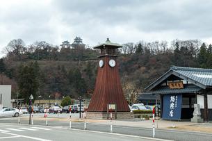 越前おおの結ステーションの時計塔越しに大野城を見るの写真素材 [FYI02664414]