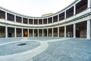 カルロス5世宮殿中庭より回廊を見る風景の写真素材 [FYI02664421]