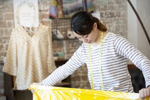 仕事をしているファッションデザイナーの女性の写真素材 [FYI02664430]