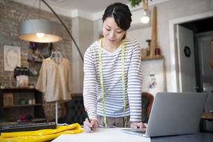 仕事をしているファッションデザイナーの女性の写真素材 [FYI02664445]