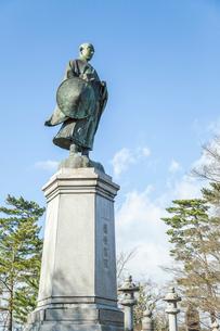 吉崎御坊跡に建つ蓮如上人の銅像の写真素材 [FYI02664446]