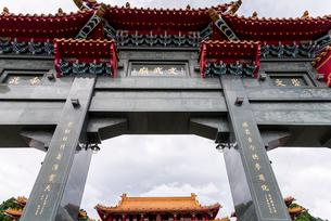 日月潭の文武廟の門を見上げるの写真素材 [FYI02664447]
