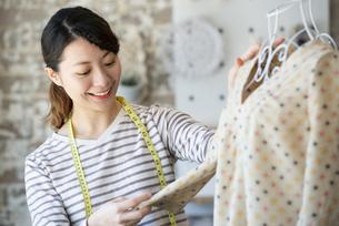 仕事をしているファッションデザイナーの女性の写真素材 [FYI02664456]