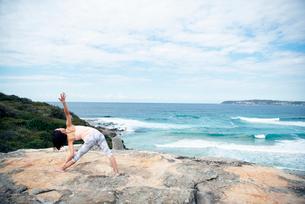 海でヨガをしている女性の写真素材 [FYI02664464]